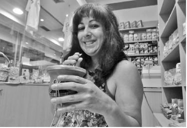 """Conhecida por todos por """"Val"""" , reside nos Açores há 18 anos e tem sido, em conjunto com o marido, um autêntico porto de abrigo para muitos brasileiros."""