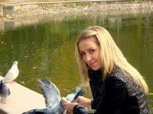 É ucraniana e vive nos Açores há 8 anos. Nunca tinha visto tanto mar na sua vida e apaixonou-se desde início pela ilha e pelo mar.